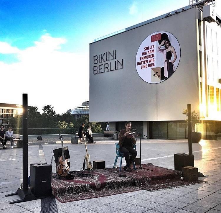 Friedemann bei der Lesung im Bikini Berlin